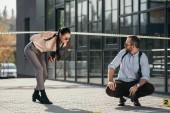 mužské detektiv čekání na ženské detektivy, které překračuje linii policie