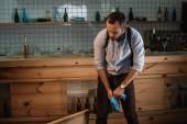 Fotografie vážný muž detektiv na sobě latexové rukavice pro posuzování činu