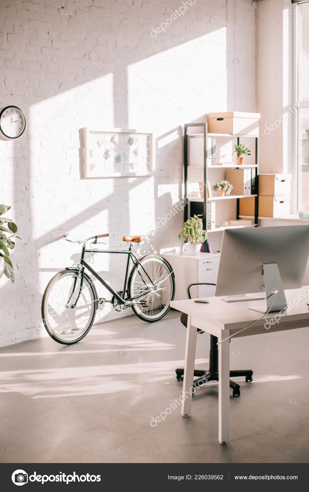 Design Kantoor Bureau.Moderne Kantoor Design Met Flip Grafiek Fiets Computer Bureau