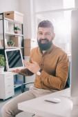pro dospělé obchodní muž při pohledu na fotoaparát a prezentaci digitálních tabletu s prázdnou obrazovkou na pracovišti s podsvícením