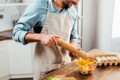 Fotografie cropped shot of man adding pepper with mill into salad