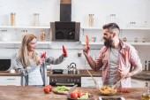 vicces pár játszó zöldséget főzés fából készült asztal vacsora közben