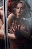 milující muž vášnivě pÛdû atraktivní žena ve sprše