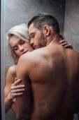 mladý vášnivý pár objímání a líbání při sprše spolu