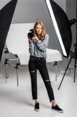 Fotografie Krásné ženské fotograf pracující v profesionálním fotoateliéru