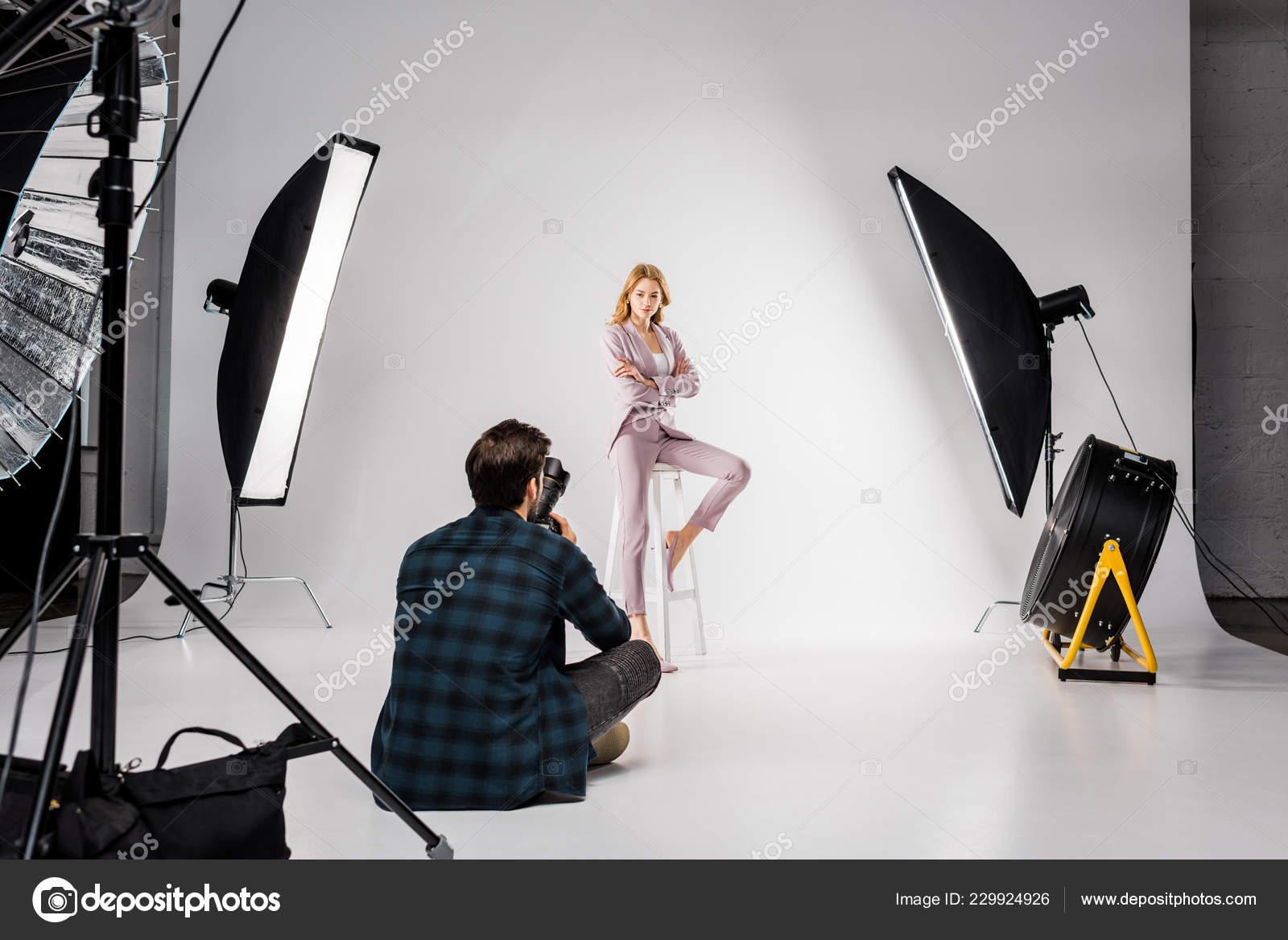 d300b7dac Volta Visão Jovem Fotógrafo Fotografar Lindo Modelo Feminino Estúdio —  Fotografia de Stock
