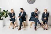 Fotografie koláž z mladých podnikatelů držení mály a čekání na židlích v řádku
