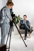 Fotografie junge Fotografen gut aussehend männlichen Models im Studio zu fotografieren