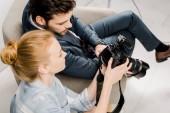 erhöhte Ansicht von Fotograf und Model mit Foto-Kamera im studio