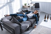 Photo drunk businessman resting on sofa in living room