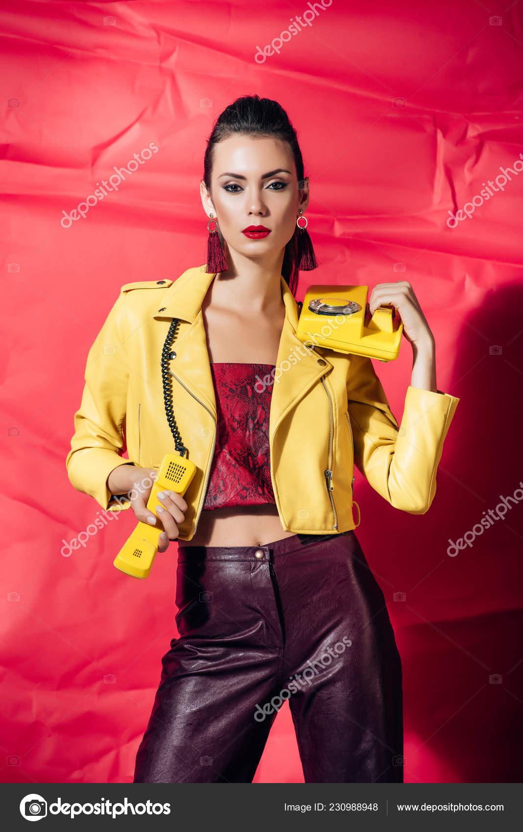 online retailer e7040 83632 Giovane Donna Alla Moda Giacca Pelle Gialla Che Posa Con ...