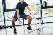 körülvágott kép a sportoló dolgozik ki az edzőteremben kötelek