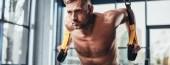 Fotografie panoramatický pohled hezký shirtless sportovec trénuje s Cadillac v tělocvičně