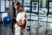 Fényképek jóképű sportoló rajta sport kötést a boksz edzőterem
