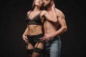 krásný sexuální pár objímání izolované na černé