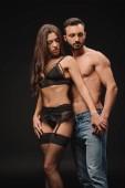 Fotografie sexuelle paar umarmt isoliert auf schwarz