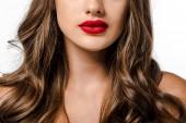 dívka s dlouhé hnědé vlasy a červené rty izolované na bílém