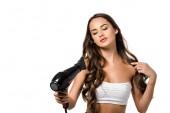Fotografia bella ragazza che tiene asciugacapelli isolato su bianco
