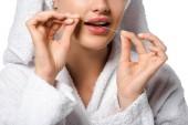 oříznutý pohled dívky čištění zubů s dentální nit izolované na bílém
