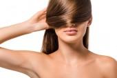 Fotografie mladá dívka zakrývá oči dlouhé hnědé vlasy, izolované na bílém