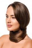 atraktivní dívka s dlouhé hnědé vlasy kolem krku izolované na bílém