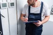 ostřižená fotografie dospělého elektrikář s schránky kontrola elektrický panel