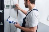 pro dospělé vousatý elektrikář s schránky kontrola elektrický panel