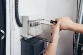 immagine potata del maschio elettricista che ripara la scatola elettrica di cacciavite
