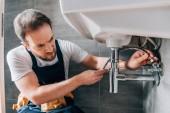Fotografie schweren männlichen Klempner arbeiten insgesamt Befestigung Waschbecken im Badezimmer