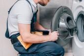 vágott lövés ezermester toolbelt és vágólap ellenőrzése a fürdőszobában mosógép