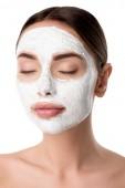 Frau mit geschlossenen Augen und Gesichtshaut Pflegemaske isoliert auf weiss