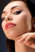 portrét krásné ženy s okouzlující make-up při pohledu na fotoaparát