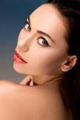 Fotografia Ritratto della donna attraente con trucco affascinante che guarda lobbiettivo