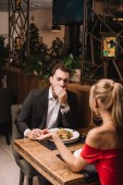 přítel, zívání při poslechu dívka v restauraci