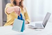 szelektív összpontosít nő otthon tartja a játék bevásárló táskák