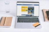 laptop-val foglalás honlapján, a képernyő és a fából készült íróasztal hitelkártya