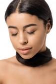 portrét krásné mladé Černovlásky afroamerické ženy se zavřenýma očima a vlasy kolem krku izolované na bílém