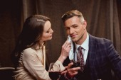 nő törölgette arc jóképű férfi zsebkendő romantikus dátum alatt étteremben