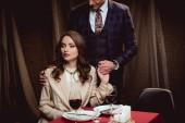 pár se drží ruce během romantické rande v restauraci
