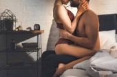 oříznutý pohled na sexy pár vášnivě objímat na posteli doma