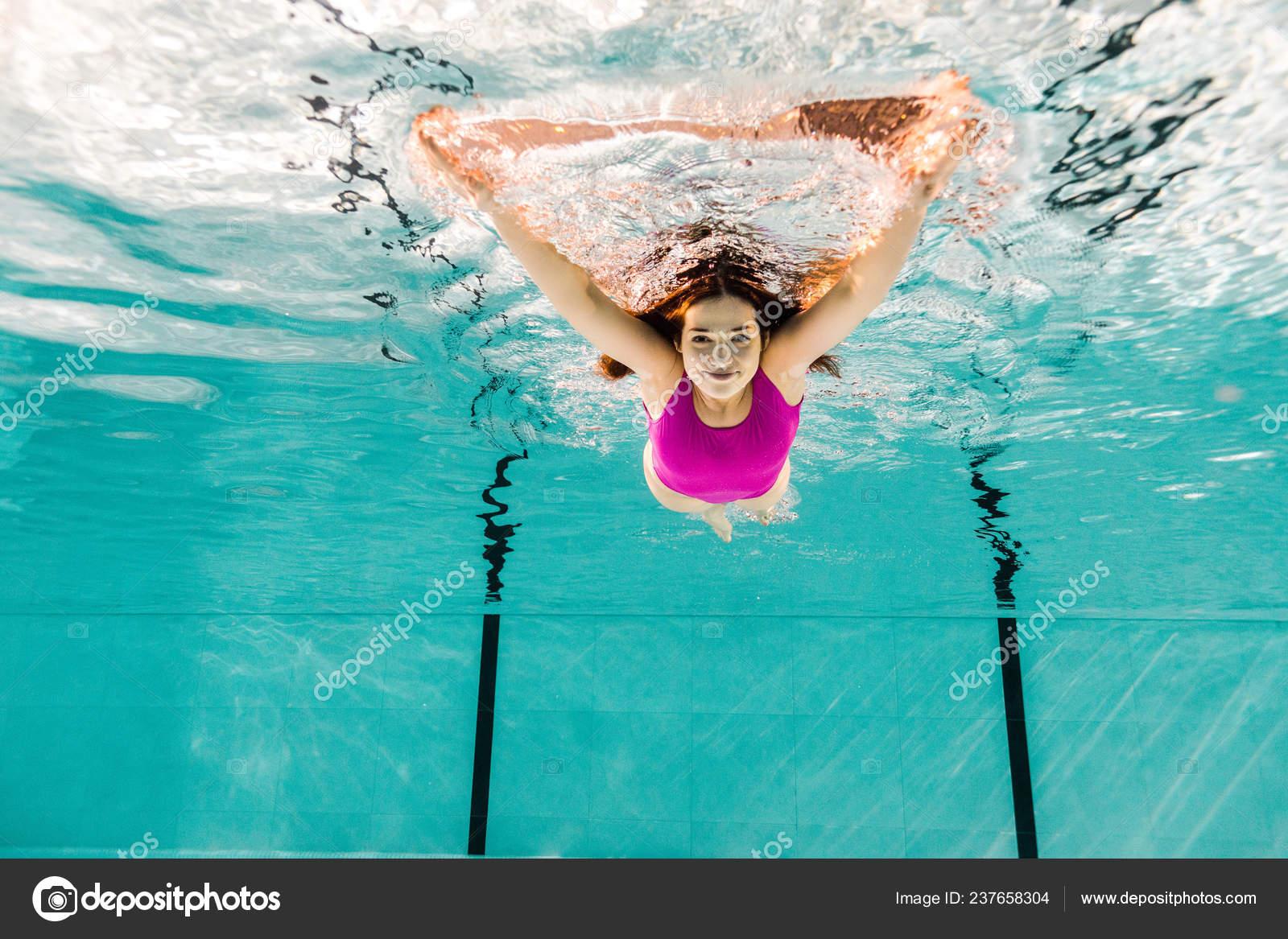 d9000681a04ee6 Vrouw Duiken Blauw Water Zwembad — Stockfoto © VitalikRadko #237658304