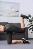 oříznutý pohled sportovkyně dělá oslí kop cvičení doma