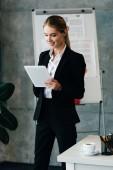 Docela usměvavá podnikatelka pomocí digitálních tabletu v kanceláři