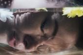 Fotografie zblízka mladá dívka pózování pod vodou s květy