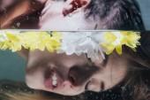 Fotografie oříznutý pohled mladá dívka pózování pod vodou s květy