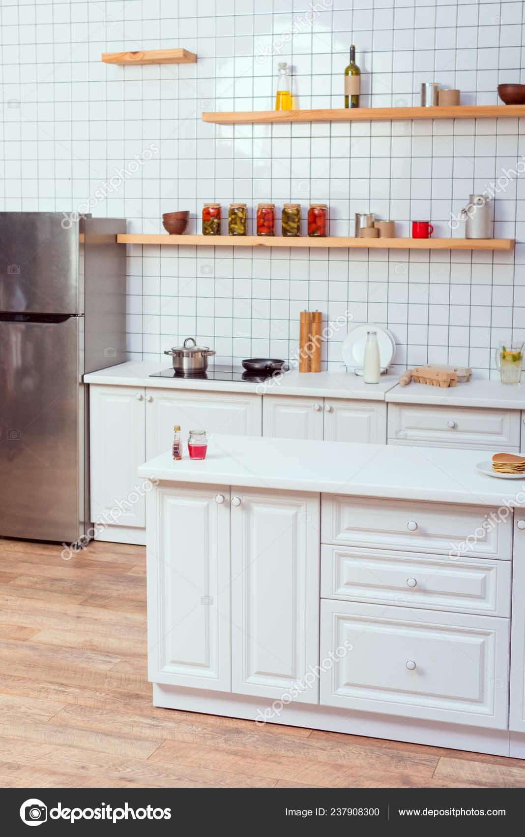Diseño Cocina Moderna Con Muebles Blancos Azulejos Fondo — Foto de ...