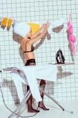Fotografie Schöne Hausfrau in Dessous hängende Kleidung während des Bügelns im Bad und Handtuch