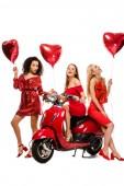 Fotografie krásné usměvavé mnohonárodnostní dívky se srdcem ve tvaru bubliny a červený skútr pózuje izolované na bílém