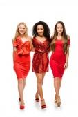 krásné usměvavé mnohonárodnostní dívky v červených šatech pózuje izolované na bílém