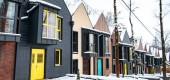 Luxusní moderní domy v chladné zimě sněhem na zemi
